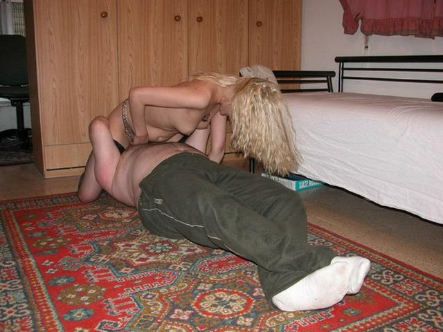 Застенчивые хозяйки уселись на лица супругов. Порно хозяйка.