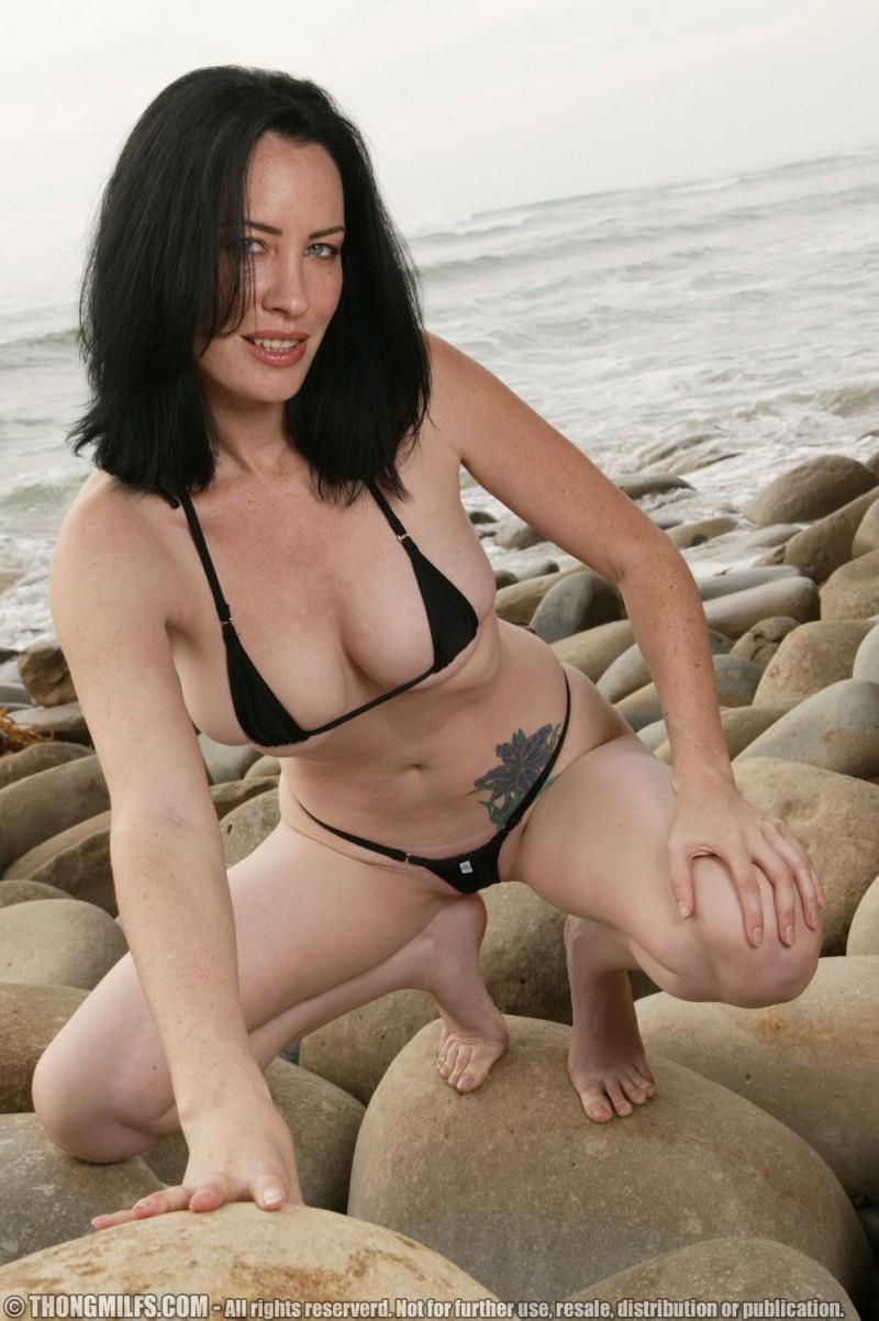 Милая возрастная барышня растопыривает ноги на берегу моря. Порно возрастной.